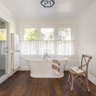 Idéer för att renovera ett mellanstort vintage badrum för barn, med skåp i mellenmörkt trä, ett badkar i en alkov, en dusch/badkar-kombination, en toalettstol med hel cisternkåpa, vit kakel, porslinskakel, vita väggar, marmorgolv, ett undermonterad handfat och marmorbänkskiva