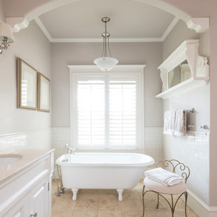 Imagen de cuarto de baño con ducha, tradicional, con armarios con paneles con relieve y puertas de armario blancas