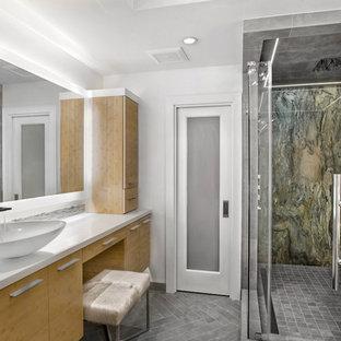 ヒューストンの中サイズのミッドセンチュリースタイルのおしゃれなマスターバスルーム (フラットパネル扉のキャビネット、中間色木目調キャビネット、置き型浴槽、アルコーブ型シャワー、グレーのタイル、磁器タイル、白い壁、濃色無垢フローリング、ベッセル式洗面器、珪岩の洗面台、茶色い床、開き戸のシャワー、白い洗面カウンター) の写真