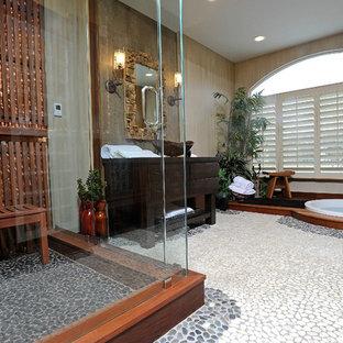 На фото: баня и сауна среднего размера в восточном стиле с настольной раковиной, плоскими фасадами, искусственно-состаренными фасадами, столешницей из дерева, инсталляцией, разноцветной плиткой, каменной плиткой, разноцветными стенами, полом из галечной плитки, японской ванной и угловым душем с