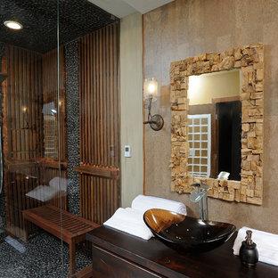 На фото: со средним бюджетом бани и сауны среднего размера в стиле фьюжн с настольной раковиной, плоскими фасадами, искусственно-состаренными фасадами, столешницей из дерева, инсталляцией, разноцветной плиткой, каменной плиткой, разноцветными стенами, полом из галечной плитки, японской ванной и угловым душем