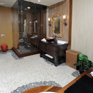 Стильный дизайн: баня и сауна среднего размера в стиле фьюжн с настольной раковиной, плоскими фасадами, искусственно-состаренными фасадами, столешницей из дерева, японской ванной, инсталляцией, разноцветной плиткой, каменной плиткой, разноцветными стенами, полом из галечной плитки и угловым душем - последний тренд