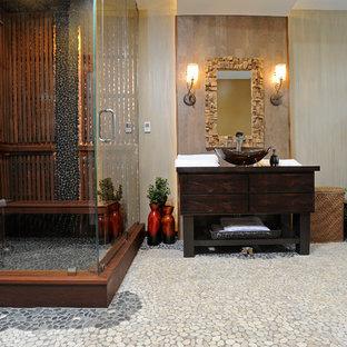 Стильный дизайн: баня и сауна среднего размера в стиле фьюжн с плоскими фасадами, искусственно-состаренными фасадами, инсталляцией, разноцветной плиткой, каменной плиткой, разноцветными стенами, полом из галечной плитки, столешницей из дерева, настольной раковиной, японской ванной и угловым душем - последний тренд