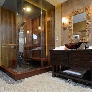 Неиссякаемый источник вдохновения для домашнего уюта: баня и сауна среднего размера в стиле фьюжн с настольной раковиной, плоскими фасадами, искусственно-состаренными фасадами, столешницей из дерева, инсталляцией, разноцветной плиткой, каменной плиткой, разноцветными стенами, полом из галечной плитки, японской ванной и угловым душем