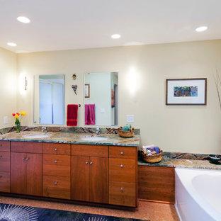 Großes Modernes Badezimmer mit Unterbauwaschbecken, Eckbadewanne, Duschnische, flächenbündigen Schrankfronten, hellbraunen Holzschränken, Marmor-Waschbecken/Waschtisch, beiger Wandfarbe und Korkboden in Portland