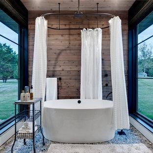 Diseño de cuarto de baño rústico con bañera exenta, combinación de ducha y bañera, paredes marrones y ducha con cortina