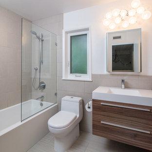 Exempel på ett litet modernt badrum, med ett integrerad handfat, släta luckor, skåp i mörkt trä, bänkskiva i akrylsten, ett badkar i en alkov, en dusch/badkar-kombination, en toalettstol med hel cisternkåpa, beige kakel, keramikplattor, vita väggar och klinkergolv i keramik
