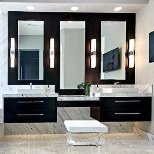Diseño de cuarto de baño principal, actual, de tamaño medio, con armarios con paneles lisos, baldosas y/o azulejos blancos, baldosas y/o azulejos de mármol, paredes grises, lavabo sobreencimera, encimera de mármol, suelo blanco, encimeras blancas y puertas de armario negras