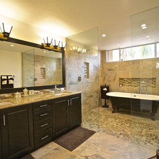 Aménagement d'une salle de bain classique avec un lavabo encastré, un placard avec porte à panneau surélevé, des portes de placard en bois sombre, une baignoire sur pieds, un carrelage beige et une douche à l'italienne.