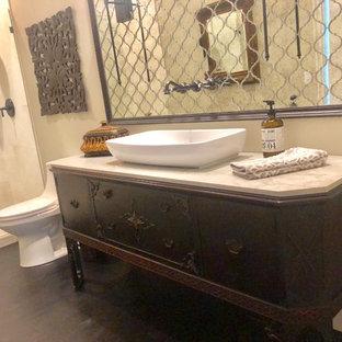 Immagine di una stanza da bagno classica di medie dimensioni con consolle stile comò, ante in legno bruno, doccia aperta, WC monopezzo, piastrelle a specchio, pareti beige, parquet scuro, lavabo a bacinella, top in quarzite, pavimento marrone, doccia aperta e top bianco