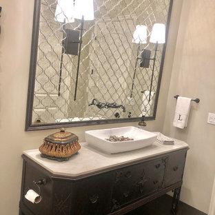 Imagen de cuarto de baño tradicional renovado, de tamaño medio, con armarios tipo mueble, puertas de armario de madera en tonos medios, ducha abierta, sanitario de una pieza, baldosas y/o azulejos con efecto espejo, paredes beige, suelo de madera oscura, lavabo sobreencimera, encimera de cuarcita, suelo marrón, ducha abierta y encimeras blancas