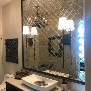 Esempio di una stanza da bagno classica di medie dimensioni con consolle stile comò, ante in legno bruno, doccia aperta, WC monopezzo, piastrelle a specchio, pareti beige, parquet scuro, lavabo a bacinella, top in quarzite, pavimento marrone, doccia aperta e top bianco
