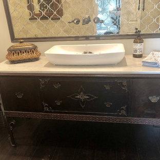 Ispirazione per una stanza da bagno classica di medie dimensioni con consolle stile comò, ante in legno bruno, doccia aperta, piastrelle a specchio, top in quarzite, doccia aperta, top bianco, WC monopezzo, pareti beige, parquet scuro, lavabo a bacinella e pavimento marrone