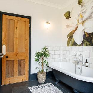 Ispirazione per una stanza da bagno per bambini tradizionale di medie dimensioni con ante in legno scuro, vasca con piedi a zampa di leone, piastrelle bianche, piastrelle in ceramica, pavimento in ardesia e pavimento nero