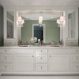 Inredning av ett klassiskt mellanstort badrum med dusch, med ett undermonterad handfat, luckor med infälld panel, vita skåp, marmorbänkskiva, en öppen dusch, en toalettstol med hel cisternkåpa, vit kakel, stenkakel, grå väggar och terrazzogolv