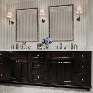 Idee per una stanza da bagno con doccia tradizionale di medie dimensioni con lavabo sottopiano, ante con bugna sagomata, ante in legno bruno, top in marmo, doccia aperta, WC monopezzo, piastrelle bianche, piastrelle in pietra, pareti multicolore e pavimento alla veneziana