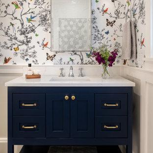 Idéer för små vintage vitt badrum med dusch, med möbel-liknande, blå skåp, en toalettstol med hel cisternkåpa, vit kakel, porslinskakel, flerfärgade väggar, klinkergolv i porslin, ett undermonterad handfat, bänkskiva i kvarts, grått golv och dusch med gångjärnsdörr