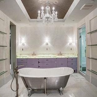 Ejemplo de cuarto de baño tradicional renovado con lavabo suspendido, armarios tipo mueble, encimera de ónix, bañera con patas, ducha empotrada y paredes beige
