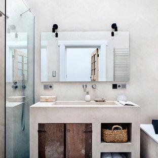 Foto de cuarto de baño industrial con puertas de armario beige, bañera encastrada, ducha abierta, baldosas y/o azulejos beige, paredes beige y lavabo integrado