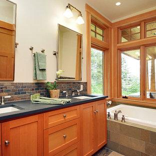 シアトルの中サイズのトラディショナルスタイルのおしゃれなマスターバスルーム (シェーカースタイル扉のキャビネット、グレーのキャビネット、ドロップイン型浴槽、アルコーブ型シャワー、マルチカラーのタイル、石タイル、白い壁、アンダーカウンター洗面器、コンクリートの洗面台、グレーの洗面カウンター) の写真