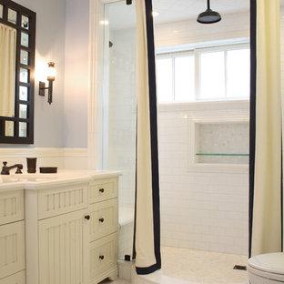 Imagen de cuarto de baño tradicional con puertas de armario blancas, ducha empotrada, baldosas y/o azulejos blancos, baldosas y/o azulejos de cemento y armarios con paneles empotrados