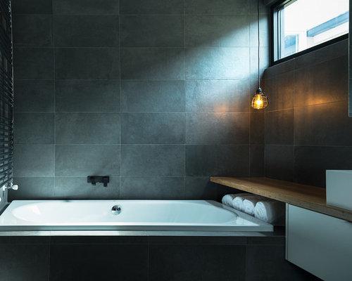 Salle de bain industrielle avec un mur noir photos et for Salle bain industriel