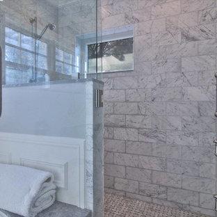 Diseño de cuarto de baño principal, tradicional, grande, con armarios con paneles empotrados, puertas de armario blancas, bañera encastrada sin remate, ducha esquinera, baldosas y/o azulejos de porcelana, paredes grises, suelo de baldosas de porcelana, lavabo bajoencimera, encimera de mármol, suelo blanco y ducha con puerta con bisagras