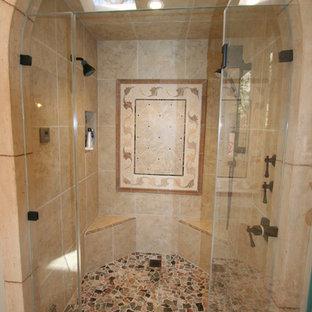 Immagine di una grande stanza da bagno padronale chic con lavabo a consolle, ante con bugna sagomata, ante in legno bruno, top in marmo, doccia ad angolo, WC monopezzo, piastrelle beige, piastrelle in pietra, pareti beige e pavimento in travertino