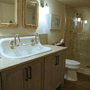 Ejemplo de cuarto de baño con ducha, industrial, pequeño, con armarios con paneles con relieve, puertas de armario con efecto envejecido, encimera de granito, ducha abierta, baldosas y/o azulejos marrones, baldosas y/o azulejos de porcelana y suelo de travertino