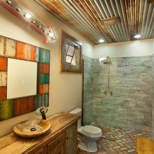 Пример оригинального дизайна: ванная комната в стиле рустика с душем без бортиков, столешницей из дерева и кирпичным полом