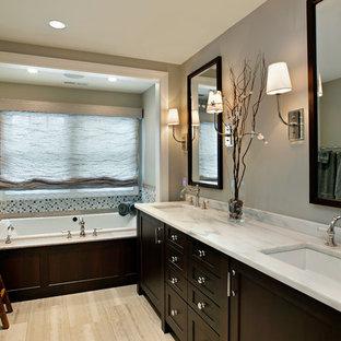 Esempio di una stanza da bagno stile americano di medie dimensioni con lavabo sottopiano, ante con riquadro incassato, ante in legno bruno, vasca da incasso e doccia alcova
