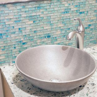 Ejemplo de cuarto de baño minimalista con suelo de pizarra y encimera de terrazo