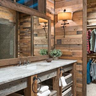 Foto de cuarto de baño rústico con paredes marrones, armarios abiertos, puertas de armario de madera oscura, suelo con mosaicos de baldosas, lavabo bajoencimera, suelo gris y encimeras blancas