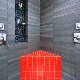 Inspiration för ett stort funkis en-suite badrum, med en dusch i en alkov, grå kakel och stenkakel