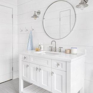 Exempel på ett maritimt vit vitt badrum, med skåp i shakerstil, vita skåp, vita väggar och grått golv