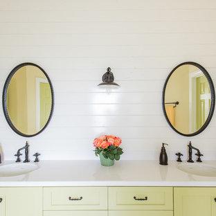 Ispirazione per una stanza da bagno country con ante in stile shaker, ante verdi, pareti bianche e lavabo sottopiano