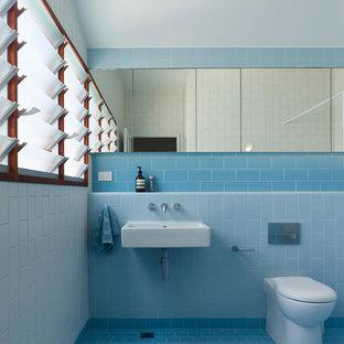 Ejemplo de cuarto de baño infantil, contemporáneo, pequeño, con armarios tipo vitrina, baldosas y/o azulejos azules, baldosas y/o azulejos de cerámica, encimera de azulejos y encimeras azules