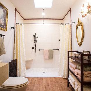 Foto di una stanza da bagno con doccia chic di medie dimensioni con doccia a filo pavimento, lavabo sottopiano, pavimento in legno massello medio, nessun'anta, WC a due pezzi, piastrelle bianche, piastrelle diamantate, pareti bianche, pavimento marrone e doccia aperta