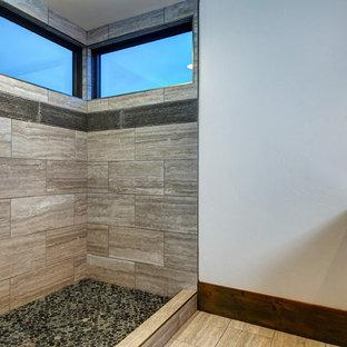 Foto di una stanza da bagno con doccia tradizionale con ante in legno chiaro, doccia aperta, piastrelle beige, piastrelle in travertino, pareti bianche, pavimento in travertino, lavabo da incasso, top in marmo, pavimento beige, doccia aperta e top beige