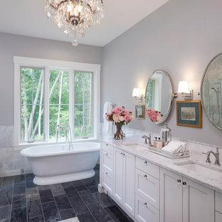 Неиссякаемый источник вдохновения для домашнего уюта: главная ванная комната среднего размера в классическом стиле с белыми фасадами, отдельно стоящей ванной, серой плиткой, серыми стенами, врезной раковиной, мраморной столешницей, разноцветным полом, фасадами в стиле шейкер, угловым душем, раздельным унитазом, мраморной плиткой, полом из линолеума, душем с распашными дверями и серой столешницей