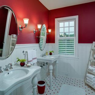 На фото: ванные комнаты в классическом стиле с консольной раковиной