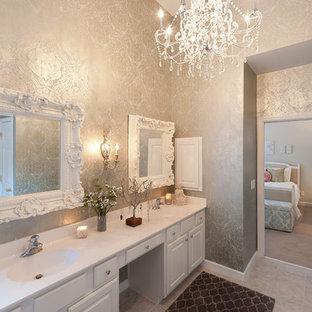 Idee per una stanza da bagno vittoriana con lavabo integrato, ante con bugna sagomata, ante bianche, pareti multicolore e piastrelle grigie