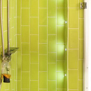 Esempio di una piccola stanza da bagno padronale scandinava con doccia a filo pavimento, pareti verdi, pavimento con piastrelle a mosaico, pavimento verde e porta doccia a battente