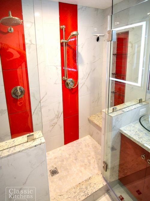 Stanza da bagno con piastrelle rosse e piastrelle in - Piastrelle bagno rosse ...