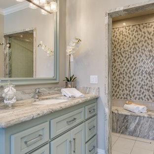 Immagine di un'ampia stanza da bagno padronale design con ante verdi, doccia a filo pavimento, piastrelle a mosaico, pavimento con piastrelle in ceramica, lavabo sottopiano, top in marmo e porta doccia a battente