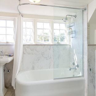 Idee per una stanza da bagno padronale country di medie dimensioni con ante bianche, vasca ad angolo, vasca/doccia, WC a due pezzi, piastrelle grigie, piastrelle bianche, piastrelle di marmo, pareti bianche, pavimento in marmo, lavabo a colonna, pavimento bianco e doccia con tenda