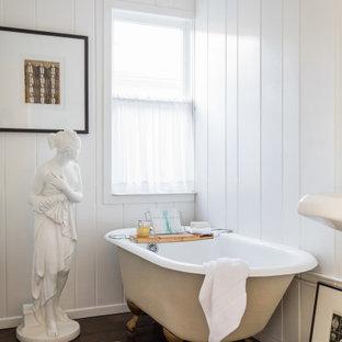 Foto på ett mellanstort vintage badrum med dusch, med vita väggar, mörkt trägolv och brunt golv