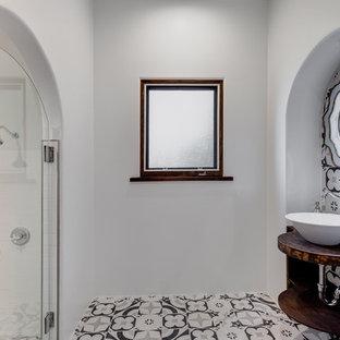 Mittelgroßes Klassisches Duschbad mit offenen Schränken, dunklen Holzschränken, farbigen Fliesen, Terrakottafliesen, weißer Wandfarbe, Aufsatzwaschbecken, Waschtisch aus Holz, Duschnische, Zementfliesen, buntem Boden, Falttür-Duschabtrennung und brauner Waschtischplatte in Los Angeles