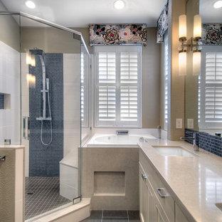 Foto di una stanza da bagno padronale classica di medie dimensioni con ante con riquadro incassato, ante beige, vasca giapponese, doccia ad angolo, piastrelle di vetro, pareti beige, pavimento con piastrelle in ceramica, lavabo sottopiano, top in quarzite e porta doccia a battente