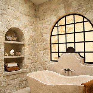 Cette photo montre une salle de bain principale méditerranéenne avec un placard sans porte et une baignoire indépendante.